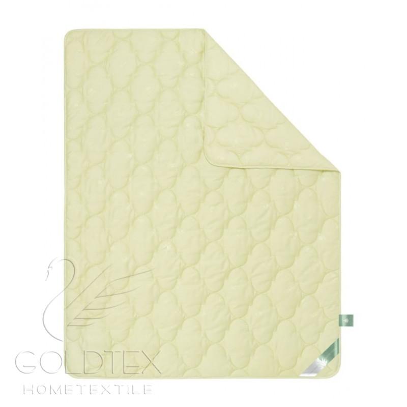 Одеяло Aloe Vera Collection, размер 1,5 спальное (140х205 см)Одеяла<br>Длина: 205 см <br>Ширина: 140 см <br>Чехол: Стеганый, с окаймляющей лентой <br>Плотность наполнителя: 300 г/кв. м <br>Степень теплоты: Всесезонное<br><br>Тип: Одеяло<br>Размер: 140х205<br>Материал: Лебяжий пух