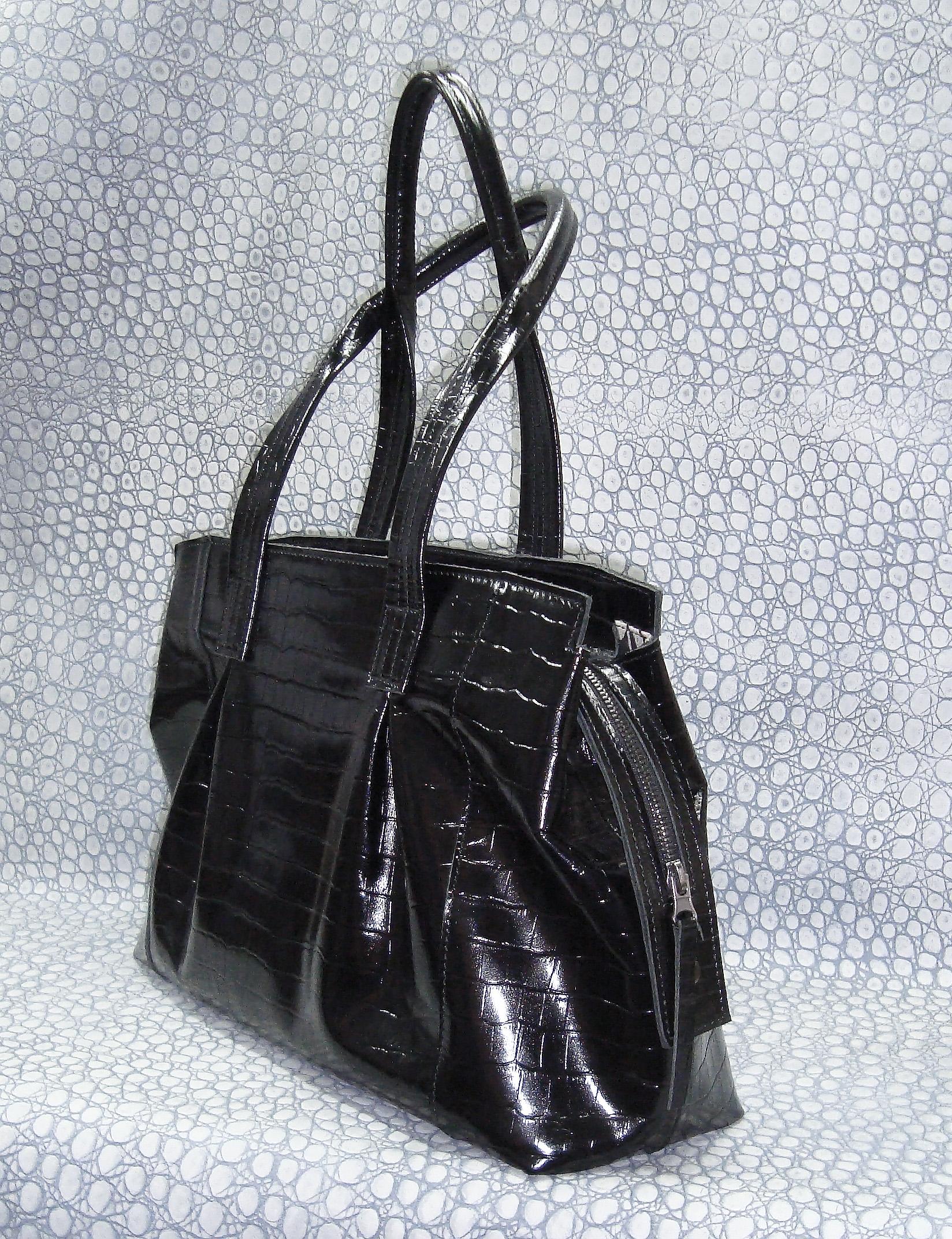 Сумка Модель № 22Сумки и др. изделия из кожи<br>Высота сумки: 27 см <br>Ширина сумки: 40 см <br>Ширина дна: 12 см <br>Длинна ручек: 65 см<br><br>Тип: Сумка<br>Размер: -<br>Материал: Натуральная кожа