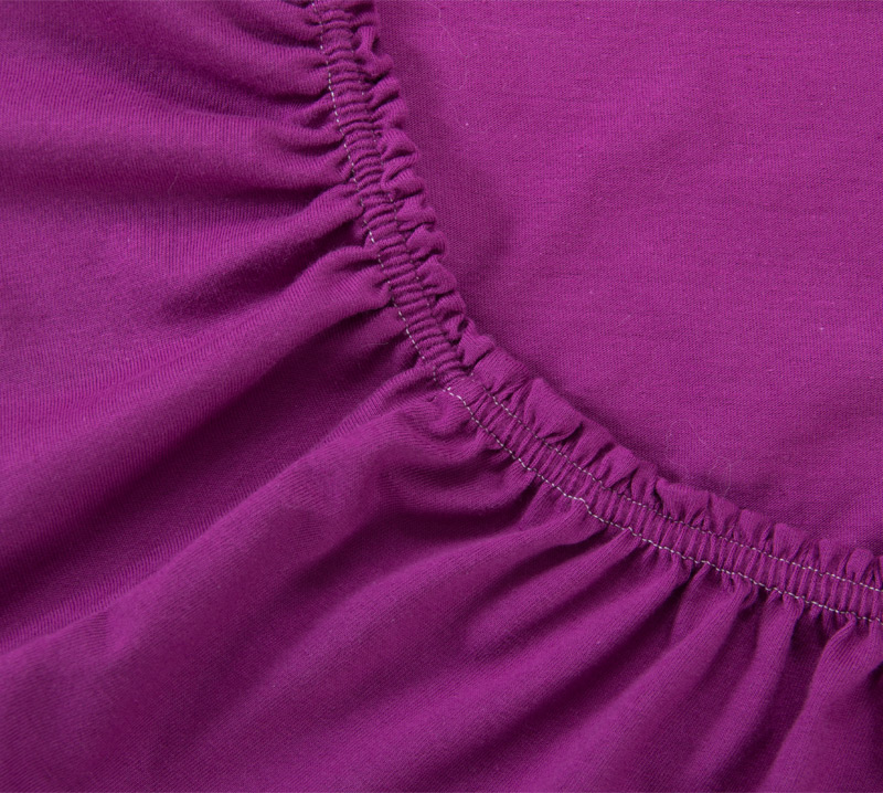 Простыня на резинке Фиолетовый, размер 160х200 смПростыни<br>Плотность ткани: 120 г/кв. м <br>Высота матраса: 20 см<br><br>Тип: Простыня на резинке<br>Размер: 160х200<br>Материал: Кулирка