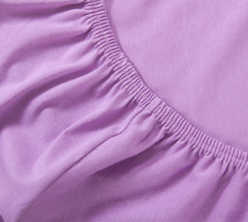 Простыня на резинке Сиреневый, размер 200х200 смПростыни<br>Плотность ткани: 120 г/кв. м <br>Высота матраса: 20 см<br><br>Тип: Простыня на резинке<br>Размер: 200х200<br>Материал: Кулирка