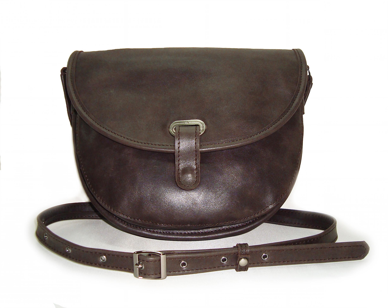 Сумка Модель № 21-1Сумки и др. изделия из кожи<br>Высота сумки:20 см<br>Ширина верх:26 см<br>Ширина бок:7 см<br>Длинна ремня:140 см<br><br>Тип: Сумка<br>Размер: -<br>Материал: Натуральная кожа