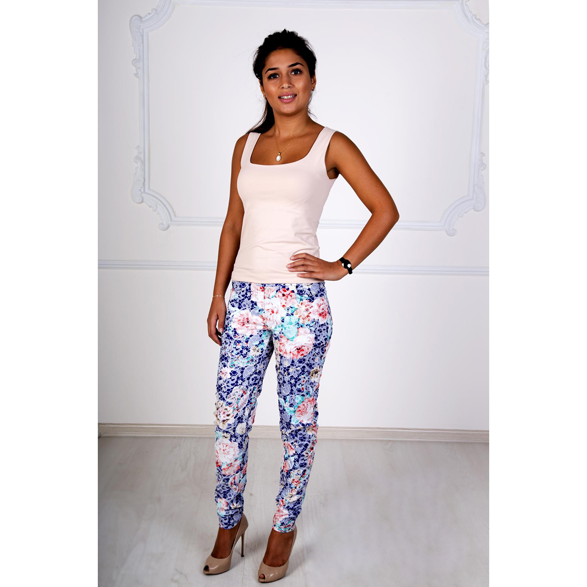 Женские брюки Жаккард арт. 0250, размер 52Брюки<br>Обхват талии:85 см<br>Обхват бедер:112 см<br>Рост:167 см<br><br>Тип: Жен. брюки<br>Размер: 52<br>Материал: Жаккард