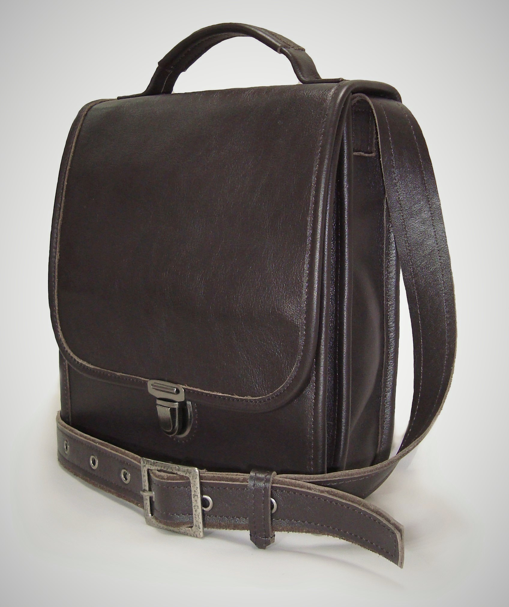 Сумка мужская Модель № 2-1Сумки и др. изделия из кожи<br>Высота сумки: 26 см <br>Ширина сумки: 22 см <br>Ширина бок: 6 см <br>Длинна ремня: 120 см<br><br>Тип: Муж. сумка<br>Размер: -<br>Материал: Натуральная кожа