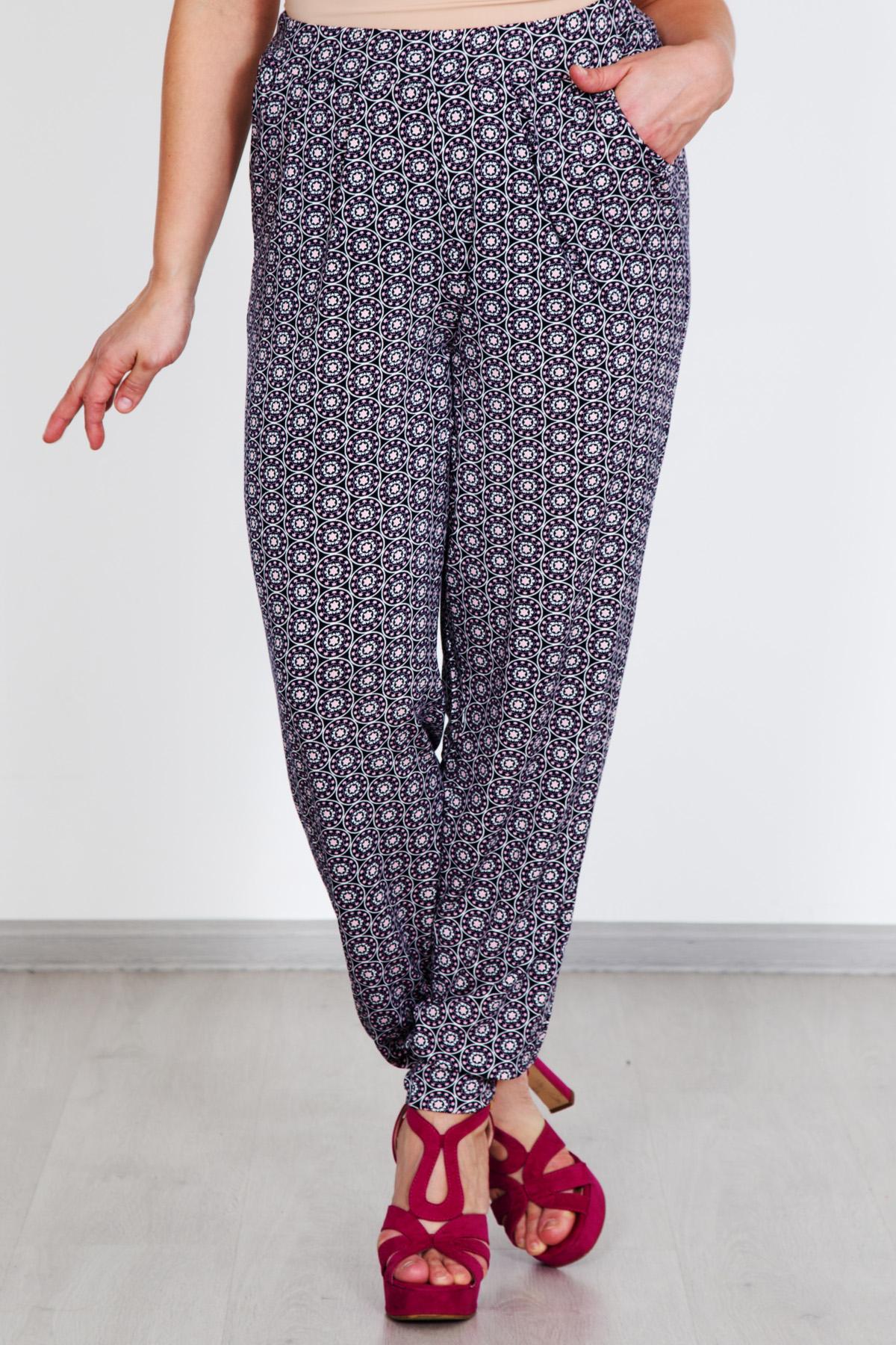 Жен. брюки Шахерезада р. 56Распродажа женской одежды<br>Обхват груди: 112 см <br>Обхват талии: 92 см <br>Обхват бедер: 120 см <br>Высота посадки: 30 см <br>Длина брючин по внут. шву: 78 см <br>Рост: 167 см<br><br>Тип: Жен. брюки<br>Размер: 56<br>Материал: Вискоза