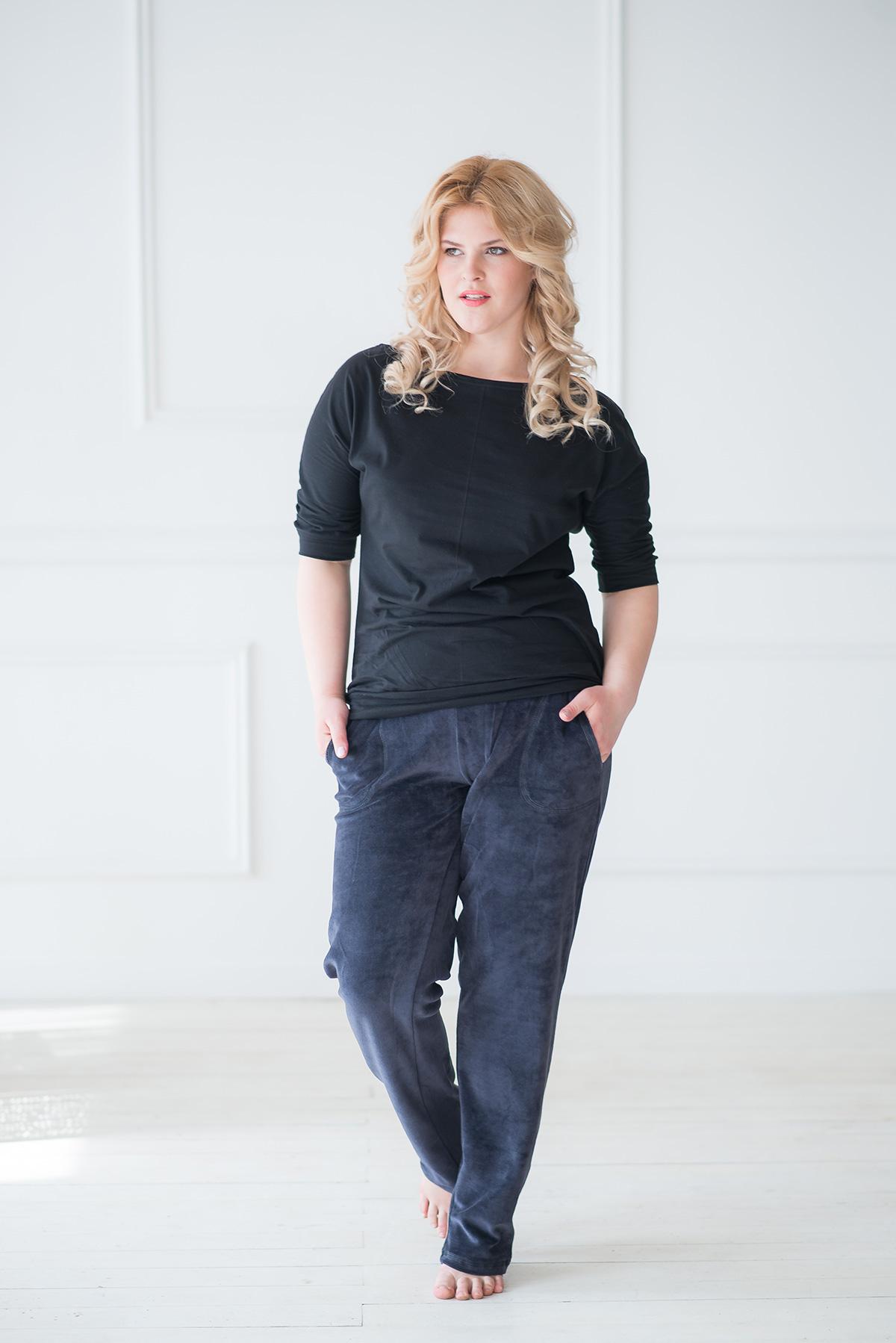 Жен. брюки арт. 19-0044 Темно-синий р. 46Брюки<br>Факт. ОТ: 72 см <br>Факт. ОБ: 90 см <br>Высота посадки: 24 см <br>Длина брючин по внут. шву: 78 см<br><br>Тип: Жен. брюки<br>Размер: 46<br>Материал: Велюр