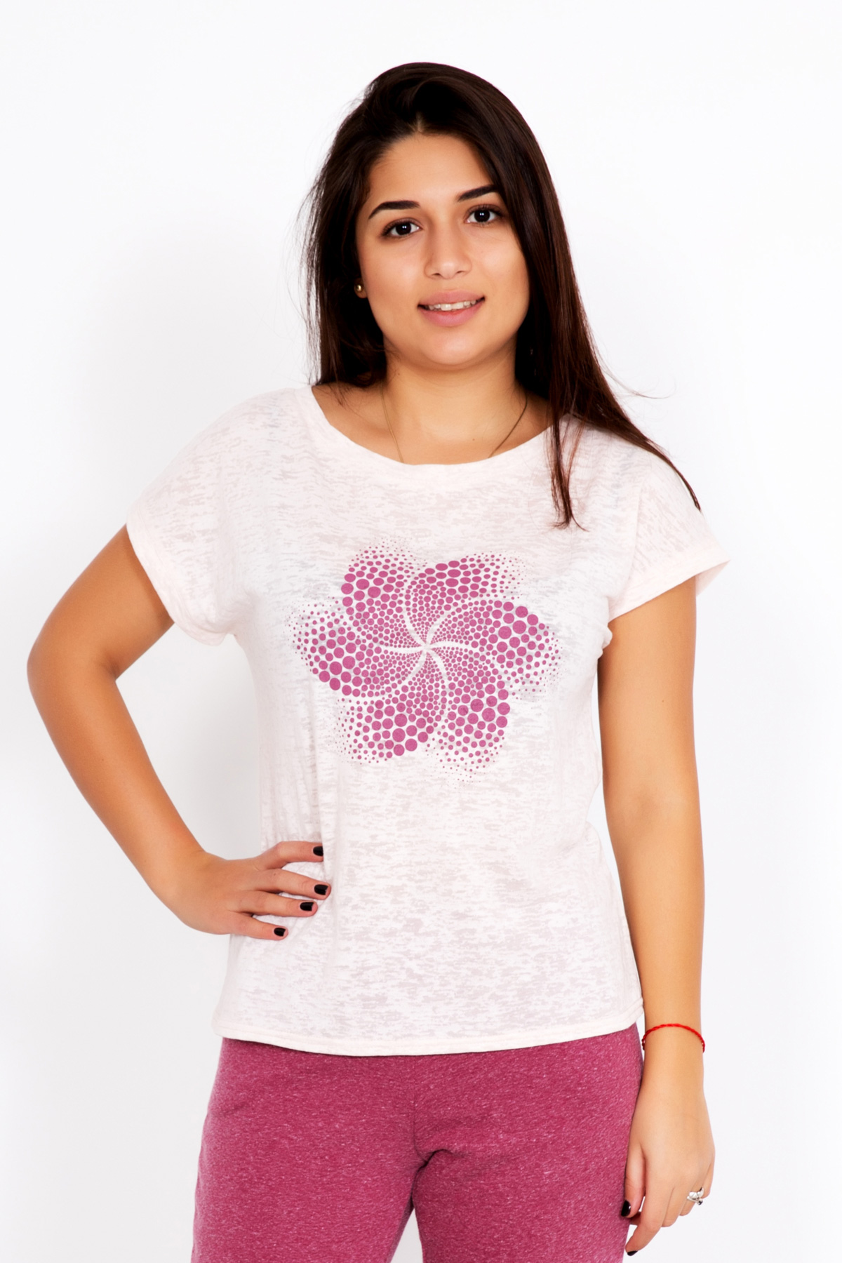 Жен. футболка Мадина р. 44Майки и футболки<br>Факт. ОГ: 92 см <br>Факт. ОТ: 86 см <br>Факт. ОБ: 92 см <br>Длина по спинке: 59 см<br><br>Тип: Жен. футболка<br>Размер: 44<br>Материал: Деворе