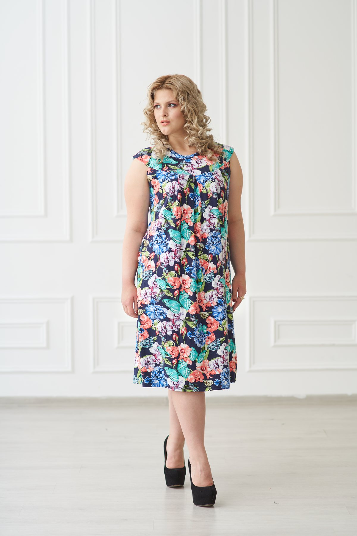 Жен. платье арт. 19-0138 Бабочки р. 46Платья<br>Факт. ОГ: 88 см <br>Факт. ОТ: 88 см <br>Факт. ОБ: 104 см <br>Длина по спинке: 94 см<br><br>Тип: Жен. платье<br>Размер: 46<br>Материал: Вискоза